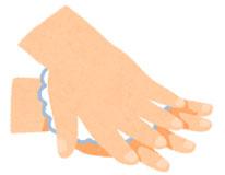 手の甲を伸ばすようにこすります。