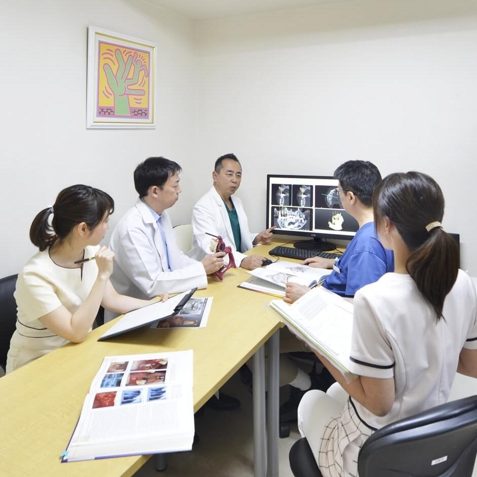 患者さまを担当するチームが 組織されます。各分野の専門 スタッフが意見を出し合い 治療計画を立てます。